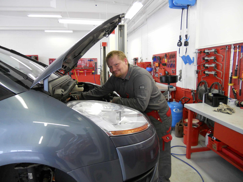 Mekaniker er ved at lave service eftersyn på en Citroen ved autoværkstedet Aunetto i herning
