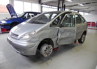 Skadet bil hos værkstedet Aunetto